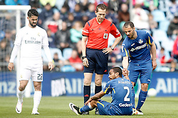 16.04.2016, Estadio Coliseum Alfonso Perez, Getafe, ESP, Primera Division, Getafe CF vs Real Madrid, 33. Runde, im Bild Getafe's Alvaro Pereira injured in presence of Mehdi Lacen (r), Real Madrid's Isco Alarcon (l) and the referee Gonzalez Gonzalez // during the Spanish Primera Division 33th round match between Getafe CF and Real Madrid at the Estadio Coliseum Alfonso Perez in Getafe, Spain on 2016/04/16. EXPA Pictures © 2016, PhotoCredit: EXPA/ Alterphotos/ Acero<br /> <br /> *****ATTENTION - OUT of ESP, SUI*****