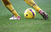 FUSSBALL    1. BUNDESLIGA    SAISON 2007/2008  Symbolbild Fussball: Ball und Beine