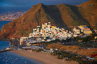 Espagne, Iles Canaries, Ile de Tenerife, village de San Andres, plage de Las Teresitas et ville de Santa Cruz de Tenerife en arrière plan // Spain, Canary islands, Tenerife, village of San Andres,  Las Teresitas beach and Santa Cruz de Tenerife city