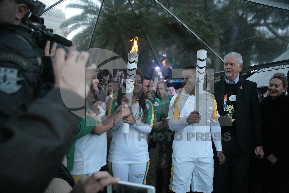 PORTO ALEGRE, RS, 07.07.2016 - RIO-2016 - O técnico Roger Machado durante o revezamento da Tocha Olímpica em Porto Alegre, na noite desta quinta-feira, 07. (Foto: Naian Meneghetti/Brazil Photo Press)