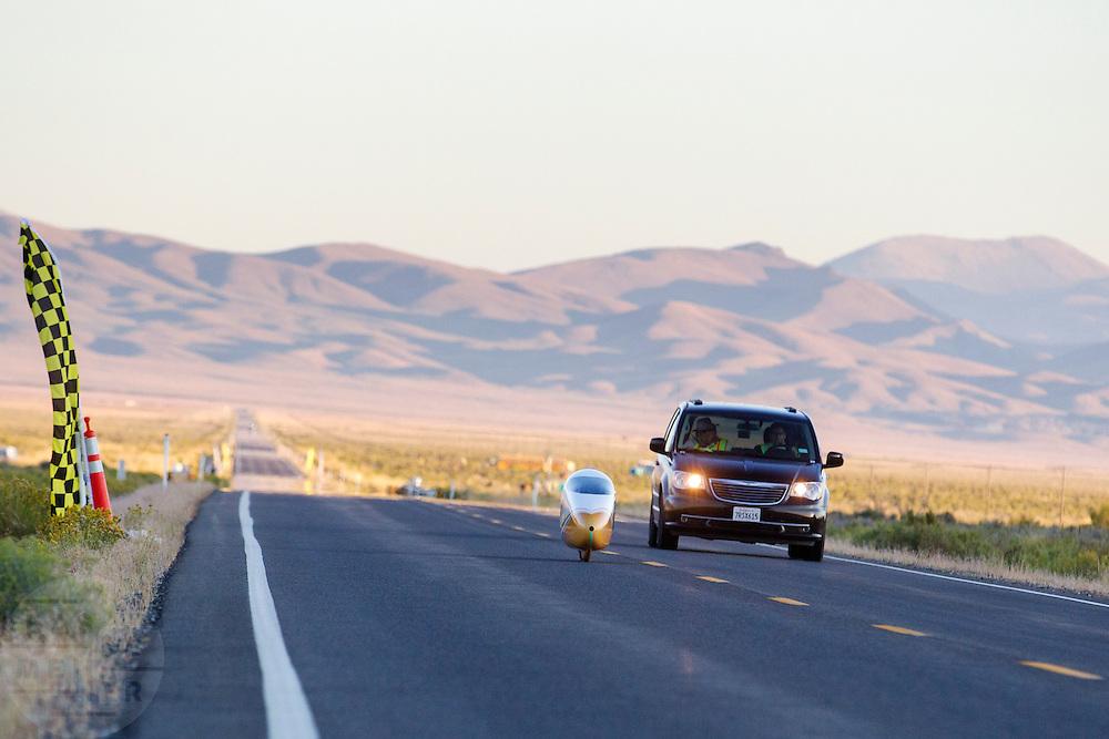 Ellen van Vugt tijdens de avondrun op de derde dag van de races. In Battle Mountain (Nevada) wordt ieder jaar de World Human Powered Speed Challenge gehouden. Tijdens deze wedstrijd wordt geprobeerd zo hard mogelijk te fietsen op pure menskracht. Het huidige record staat sinds 2015 op naam van de Canadees Todd Reichert die 139,45 km/h reed. De deelnemers bestaan zowel uit teams van universiteiten als uit hobbyisten. Met de gestroomlijnde fietsen willen ze laten zien wat mogelijk is met menskracht. De speciale ligfietsen kunnen gezien worden als de Formule 1 van het fietsen. De kennis die wordt opgedaan wordt ook gebruikt om duurzaam vervoer verder te ontwikkelen.<br /> <br /> In Battle Mountain (Nevada) each year the World Human Powered Speed Challenge is held. During this race they try to ride on pure manpower as hard as possible. Since 2015 the Canadian Todd Reichert is record holder with a speed of 136,45 km/h. The participants consist of both teams from universities and from hobbyists. With the sleek bikes they want to show what is possible with human power. The special recumbent bicycles can be seen as the Formula 1 of the bicycle. The knowledge gained is also used to develop sustainable transport.