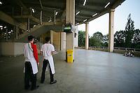 Fussball WM 2006        Deutschland - Italien Angestellte einer Imbissbude im Dortmunder Stadion verfolgen das Halbfinale zwischen Deutschland und Italien am Fernseher in den Gaengen des Stadions.