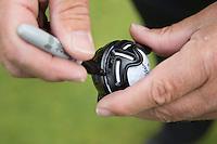 MOLENSCHOT - Merken bal met filtstift. Instructie putten met Cees Renders. Lijn streep op bal. richting. COPYRIGHT KOEN SUYK