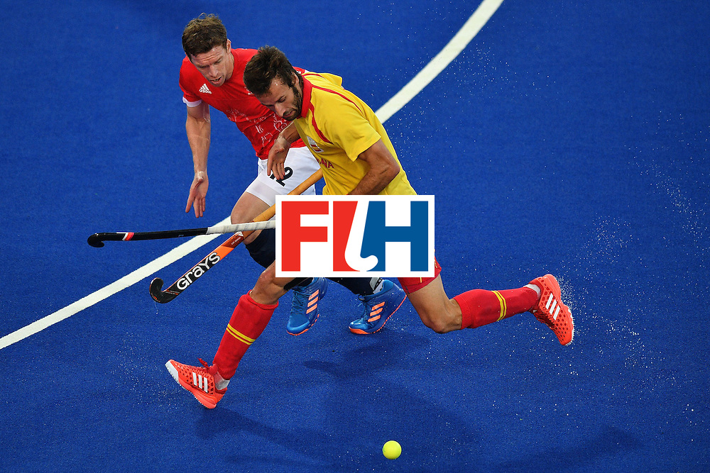 Spain's David Alegre (R) and Great Britain's Michael Hoare vie during the mens's field hockey Britain vs Spain match of the Rio 2016 Olympics Games at the Olympic Hockey Centre in Rio de Janeiro on August, 12 2016. / AFP / Carl DE SOUZA        (Photo credit should read CARL DE SOUZA/AFP/Getty Images)