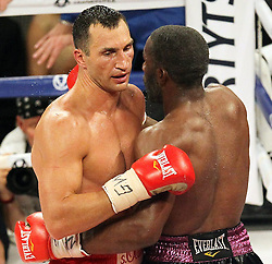 26.04.2015, Madison Square Garden, New York, USA, WBA, Wladimir Klitschko vs Bryant Jennings, im Bild l-r. Wladimir Klitschko, Bryant Jennings umarmen sich nach dem Kampf // during IBF, WBO and WBA world heavyweight title boxing fight between Wladimir Klitschko of Ukraine and Bryant Jennings of the USA at the Madison Square Garden in New York, United Staates on 2015/04/26. EXPA Pictures © 2015, PhotoCredit: EXPA/ Eibner-Pressefoto/ Kolbert<br /> <br /> *****ATTENTION - OUT of GER*****