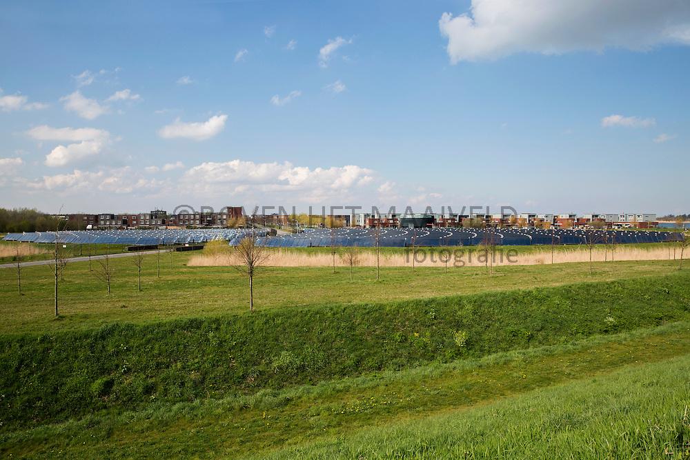 Almere. Zoneiland. 2700 Huizen in Noorderplassen West krijgen hun enerdie grotendeels van de zon. 10% van hun jaarlijkse verbruik.