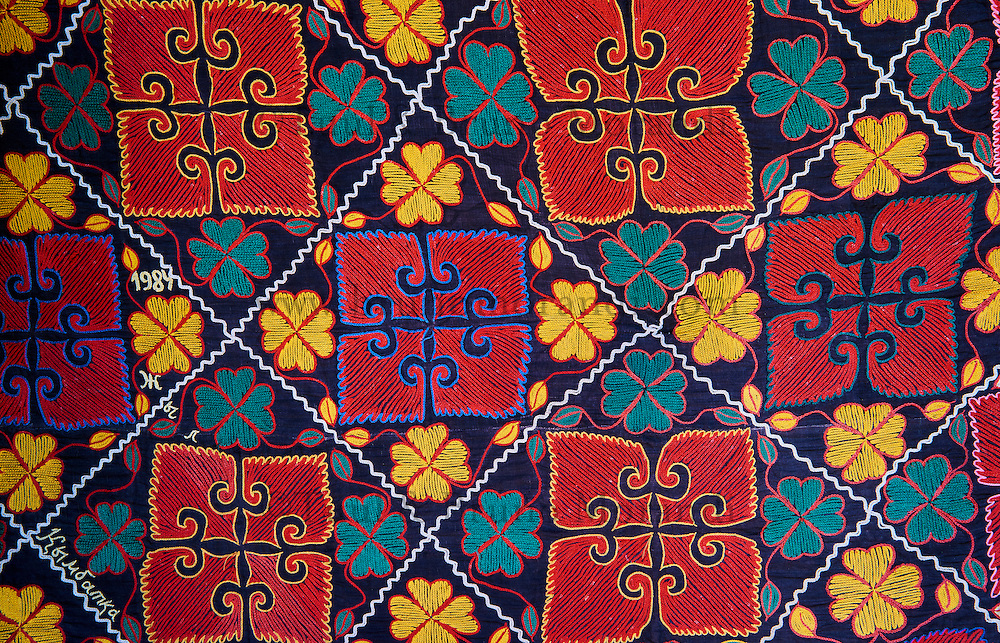 Mongolie, province de Bayan-Ulgii, région de l'ouest, campement nomade des Kazakh, textile aux motifs décorant l'intérieur de la yourte kazakh // Mongolia, Bayan-Ulgii province, western Mongolia, nomad camp of Kazakh people in the steppe, textile with the pattern decorating the yurt