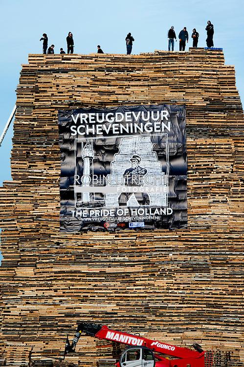 THE HAGUE - Bonfire construction ahead of New Years Eve, Duindorp, Netherlands - 30 Dec 2015<br /> The builing of the yearly traditional bonfire at Scheveningen Zuiderstrand (Duindorp) for the New Years Eve Party<br /> 30 Dec 2015  eigen SCHEVENINGEN - De opbouw van de vreugdevuren op de stranden van Duindorp en Scheveningen is begonnen. Op het Noorderstrand bouwt Scheveningen-dorp aan de hoogste brandstapel. De Duindorpers doen dit op het Zuiderstrand. COPYRIGHT ROBIN UTRECHT