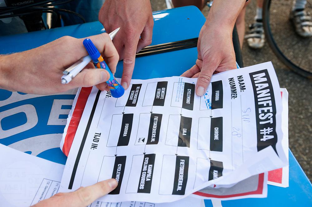 Een koerier haalt een stempel op, een opdracht op het manifest. In Nieuwegein wordt het NK Fietskoerieren gehouden. Fietskoeriers uit Nederland strijden om de titel door op een parcours het snelst zoveel mogelijk stempels te halen en lading weg te brengen. Daarbij moeten ze een slimme route kiezen.<br /> <br /> A messenger picks up a stamp, an assignment on the manifest. In Nieuwegein bike messengers battle for the Open Dutch Bicycle Messenger Championship.