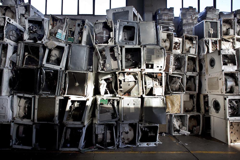 Deposito vecchie lavatrici e lavastoviglie<br /> <br /> Storage of washing machines and dishwashers