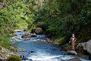 Bunt geschmückter und bemalter Stammeschef  im Hochland von Papua Neu Guinea, Melanesien*Colourful dressed and painted local tribal chief  in the Highlands of Papua New Guinea, Melanesia