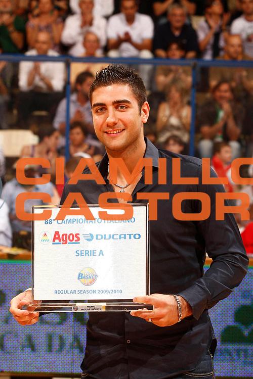 DESCRIZIONE : Siena Lega A 2009-10 Playoff Finale Gara 2 Montepaschi Siena Armani Jeans Milano<br /> GIOCATORE : Pietro Aradori<br /> SQUADRA : <br /> EVENTO : Campionato Lega A 2009-2010 <br /> GARA : Montepaschi Siena Armani Jeans Milano<br /> DATA : 15/06/2010<br /> CATEGORIA : MVP migliore Under 22 del campionato premiazione award<br /> SPORT : Pallacanestro <br /> AUTORE : Agenzia Ciamillo-Castoria/P.Lazzeroni<br /> Galleria : Lega Basket A 2009-2010 <br /> Fotonotizia : Siena Lega A 2009-10 Playoff Finale Gara 2 Montepaschi Siena Armani Jeans Milano<br /> Predefinita :