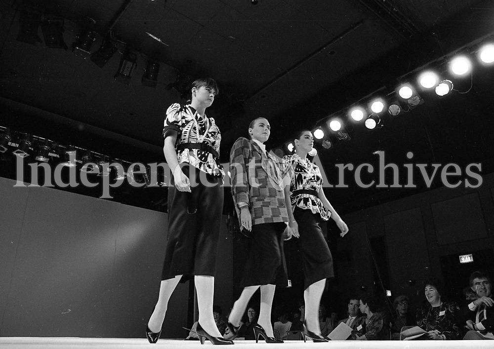 Models wearing William Lett and John Bently at the Irish Fashion Group at Jury's Hotel, 13/10/1986 (Part of the Independent Newspapers Ireland/NLI Collection).