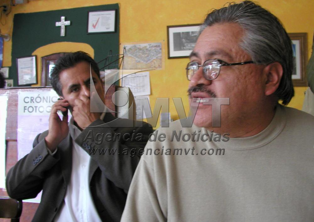 Toluca, M&eacute;x.- El PRD ofreci&oacute; una conferencia de prensa para dar a conocer su postura ante el II informe de gobierno de Arturo Montiel, en la gr&aacute;fica aparecen Arturo Hern&aacute;ndez Tapia, presidente de la fracci&oacute;n parlamentaria en la legislatura local y V&iacute;ctor Bautista, presidente del partido en la entidad. Agencia MVT / Arturo Rosales Ch&aacute;vez. (DIGITAL)<br /> <br /> NO ARCHIVAR - NO ARCHIVE