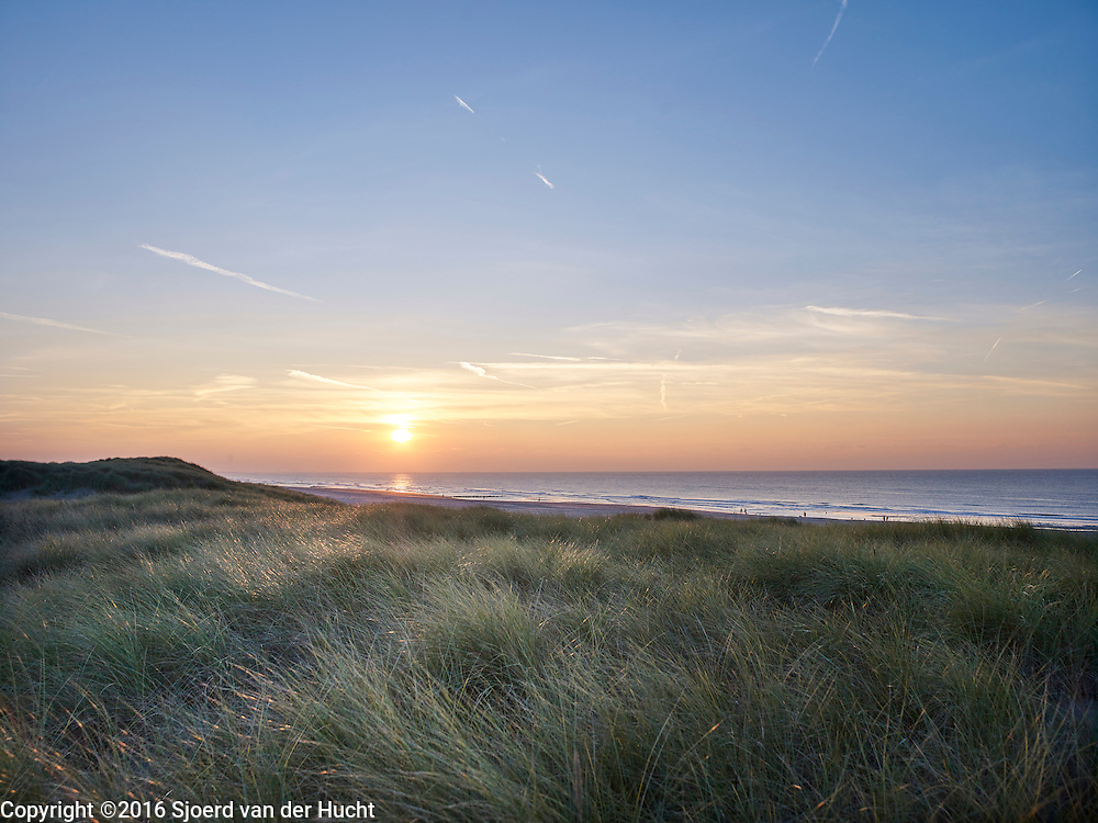 Uitzcht vanuit de duinen op het Zuiderstrand, ,Westduinpark, Den Haag - View from the dunes to the beach, Westduinpark. The Hague, Netherlands