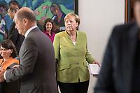 29 AUG 2018, BERLIN/GERMANY:<br /> Angela Merkel, CDU, Bundeskanzlerin, mit Unterlagen, auf dem Weg zu ihrem Platz, vor Beginn der Kabinettsitzung, Bundeskanzleramt<br /> IMAGE: 20180829-01-037<br /> KEYWORDS: Kabinett, Sitzung