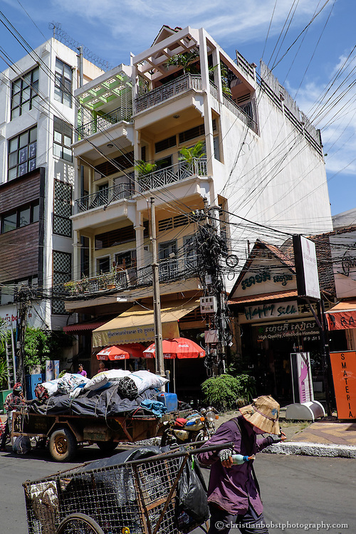 1867 wurde Phnom Penh Sitz der französischen Kolonialverwaltung. Die Franzosen planten und bauten die Stadt neu auf. Viele Häuser weisen deshalb noch heute einen kolonialistischen Baustil auf.