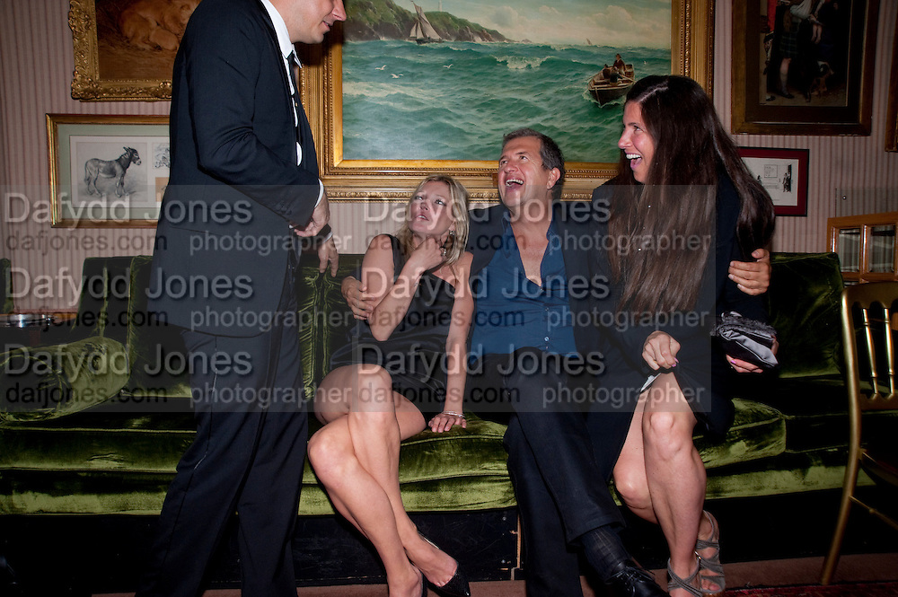 ELIZABETH SALTZMAN; KATE MOSS; MARIO TESTINO, Dinner hosted by Elizabeth Saltzman for Mario Testino and Kate Moss. Mark's Club. London. 5 June 2010. -DO NOT ARCHIVE-© Copyright Photograph by Dafydd Jones. 248 Clapham Rd. London SW9 0PZ. Tel 0207 820 0771. www.dafjones.com.
