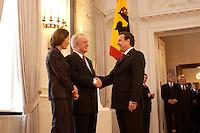 07 JAN 2004, BERLIN/GERMANY:<br /> Johannes Rau (M), Bundespraesident, seine Frau Christina Rau (L), und Gerhard Schroeder (R), SPD, Bundeskanzler, waehrend des Deefiles, Neujahrsempfang des Bundespraaesidenten, Schloss Bellevue<br /> IMAGE: 20040107-01-032<br /> KEYWORDS: Empfang, Neujahr, Bundespräsident, Gattin, Praesidentengattin, Präsidentengattin, Gerhard Schröder