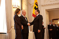 07 JAN 2004, BERLIN/GERMANY:<br /> Johannes Rau (M), Bundespraesident, seine Frau Christina Rau (L), und Gerhard Schroeder (R), SPD, Bundeskanzler, waehrend des Deefiles, Neujahrsempfang des Bundespraaesidenten, Schloss Bellevue<br /> IMAGE: 20040107-01-032<br /> KEYWORDS: Empfang, Neujahr, Bundespr&auml;sident, Gattin, Praesidentengattin, Pr&auml;sidentengattin, Gerhard Schr&ouml;der