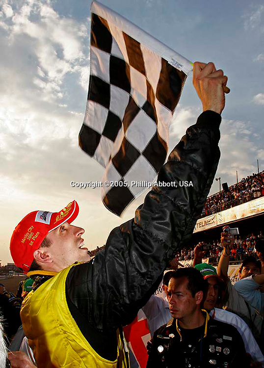 4-6 November, 2005, Mexico City, Mexico.<br /> Justin Wilson waves the checkered flag.<br /> © 2005 Phillip Abbott/USA<br /> LAT Photographic