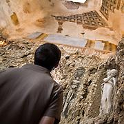 Colonne affrescate all'interno del Ninfeo della Villa Litta di Lainate. La prospettiva del dipinto si presenta con le colonne storte, elemento importante per lo scherzo progettato. Col pretesto di vedere le colonne dritte, gli ospiti vengono invitati al centro della stanza, dove un bottone metallico aziona un getto d'acqua proveniente dal pavimento...Frescoed columns inside the Ninfeo of Villa Litta Borromeo in Lainate. The prospect that show the retort columns, is a excuse for impose to guests to go in center of room, where an iron button activates an water jet coming from the floor.