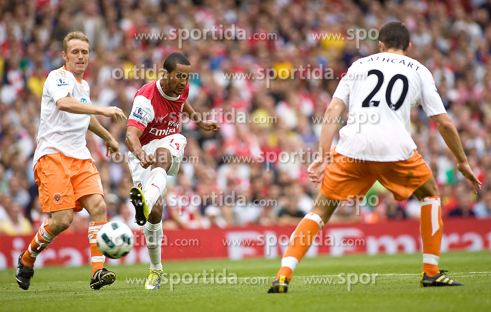 21.08.2010, Emirates Stadium, London, ENG, PL, FC Arsenal vs FC Blackpool, im Bild Arsenal's Theo Walcott slots home for his hatrick. EXPA Pictures © 2010, PhotoCredit: EXPA/ IPS/ Mark Greenwood +++++ ATTENTION - OUT OF ENGLAND/UK +++++ / SPORTIDA PHOTO AGENCY