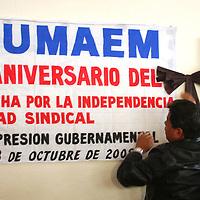 Toluca, Mex.- Luis Zamora Calzada, líder del Sindicato Unificado de Maestros del Estado de México (SUMAEM), colocó un moño negro por un año de lucha que ha tenido está asociación contra las dependencias que impiden su reconocimiento. Agencia MVT / Luis Enrique Hernandez V. (DIGITAL)<br /> <br /> <br /> <br /> NO ARCHIVAR - NO ARCHIVE