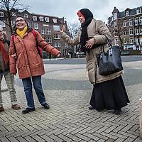 Nederland, Amsterdam, 2 februari 2016.<br /> Mona Ghadir uit de Transvaalbuurt doet boodschappen in de Pretoriastraat om falaffel te maken.<br /> Op de foto: Mona ontmoet een paar vriendinnen op het Steve Bekoplein tijdens het boodschappen doen.<br /> <br /> Reportage of egyptian Mona Ghadir living in Amsterdam. Today she shops for ingredients and prepares typical egyptian dishes. <br /> <br /> Foto: Jean-Pierre Jans
