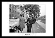 Avbildet ser vi kaptein James Kelly sammen med hans kone og hans søster utenfor the Four Courts.(de fire domstolene). James Kelly er en tidligere offiser i den irske hæren, men gikk fra sin stilling da.han ble tiltalt for å ha ønsket å importere ulovlige våpen til å hjelpe IRA.