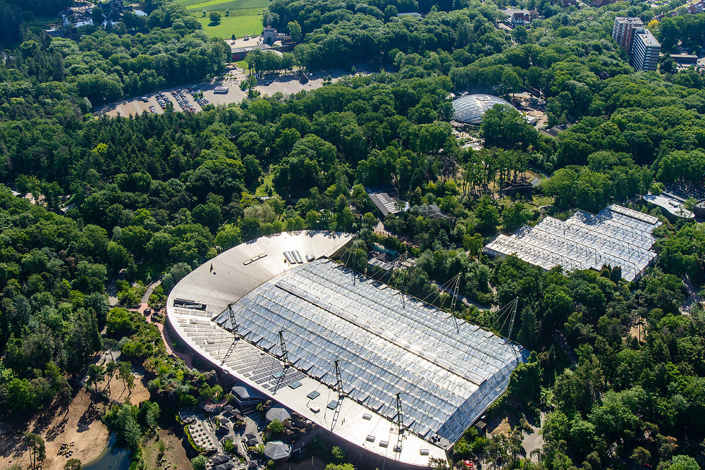 Nederland, Gelderland, Arnhem, 29-05-2019; Burgers' Zoo, particulier geëxploiteerde dierentuin. Het grote gebouw huisvest onder andere het Safari Meeting Centre, aquarium Burgers' Ocean en Burger's Bush, tropisch regenwoud. <br /> Private zoo Burgers' Zoo.<br /> <br /> luchtfoto (toeslag op standard tarieven);<br /> aerial photo (additional fee required);<br /> copyright foto/photo Siebe Swart
