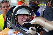 Uitgeput en teleurgesteld komt Rik Houwers aan bij de finish. Rik Houwers heeft op vrijdagavond 132,3 km/h gereden met de VeloX4, wat net onder het huidige wereldrecord is. Het Human Power Team Delft en Amsterdam (HPT), dat bestaat uit studenten van de TU Delft en de VU Amsterdam, is in Amerika om te proberen het record snelfietsen te verbreken. Momenteel zijn zij recordhouder, in 2013 reed Sebastiaan Bowier 133,78 km/h in de VeloX3. In Battle Mountain (Nevada) wordt ieder jaar de World Human Powered Speed Challenge gehouden. Tijdens deze wedstrijd wordt geprobeerd zo hard mogelijk te fietsen op pure menskracht. Ze halen snelheden tot 133 km/h. De deelnemers bestaan zowel uit teams van universiteiten als uit hobbyisten. Met de gestroomlijnde fietsen willen ze laten zien wat mogelijk is met menskracht. De speciale ligfietsen kunnen gezien worden als de Formule 1 van het fietsen. De kennis die wordt opgedaan wordt ook gebruikt om duurzaam vervoer verder te ontwikkelen.<br /> <br /> Exhausted and dissapointed Rik Houwers arrives at the finish. Houwers rode 82,18 mph with the VeloX4, not enough for a new record. The Human Power Team Delft and Amsterdam, a team by students of the TU Delft and the VU Amsterdam, is in America to set a new  world record speed cycling. I 2013 the team broke the record, Sebastiaan Bowier rode 133,78 km/h (83,13 mph) with the VeloX3. In Battle Mountain (Nevada) each year the World Human Powered Speed Challenge is held. During this race they try to ride on pure manpower as hard as possible. Speeds up to 133 km/h are reached. The participants consist of both teams from universities and from hobbyists. With the sleek bikes they want to show what is possible with human power. The special recumbent bicycles can be seen as the Formula 1 of the bicycle. The knowledge gained is also used to develop sustainable transport.