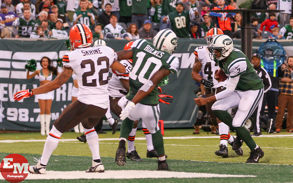 Dec 22, 2013; East Rutherford, NJ, USA; New York Jets quarterback Geno Smith (7) runs for a touchdown during the second half of their game against the Cleveland Browns at MetLife Stadium.  The Jets defeated the Browns 24-13.