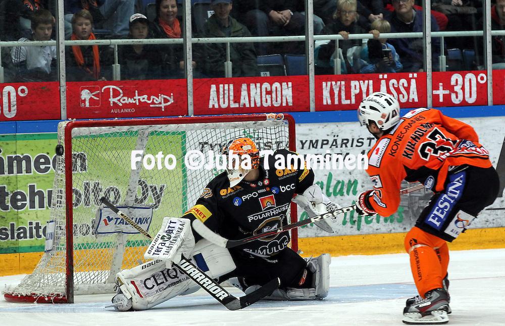 6.10.2012, Ritari Areena, H?meenlinna..J??kiekon SM-liiga 2012-13. HPK - K?rp?t..Johan Backlund (K?rp?t) v Juha Kiilholma (HPK).