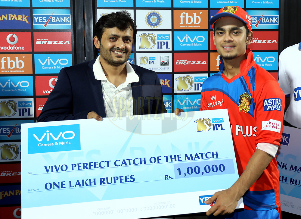 Ishan Kishan of the Gujarat Lions receives VIVO perfect catch of the award during the presentation of the match 35 of the Vivo 2017 Indian Premier League between the Gujarat Lions and the Mumbai Indians  held at the Saurashtra Cricket Association Stadium in Rajkot, India on the 29th April 2017<br /> <br /> Photo by Sandeep Shetty - Sportzpics - IPL
