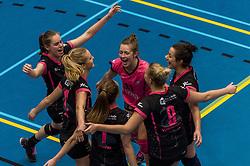 09-04-2016 NED: SV Dynamo - Flamingo's 56, Apeldoorn<br /> Flamingo's doet een goede stap naar het kampioenschap in de Topdivisie. Dynamo wordt met 3-0 verslagen / Steffie Janshen #6 of Flamingo, Ireen Koenen #11 of Flamingo, Shannon Gerhardt #8 of Flamingo