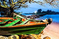 Barco sobre rochas na Praia da Armação. Florianópolis, Santa Catarina, Brasil. / Boat on a rock at Armacao Beach. Florianopolis, Santa Catarina, Brazil.