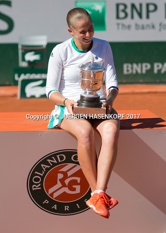 Siegerin JELENA OSTAPENKO (LAT) mit dem Pokal, Siegerehrung, Praesentation<br /> <br /> Tennis - French Open 2017 - Grand Slam / ATP / WTA / ITF -  Roland Garros - Paris -  - France  - 10 June 2017.