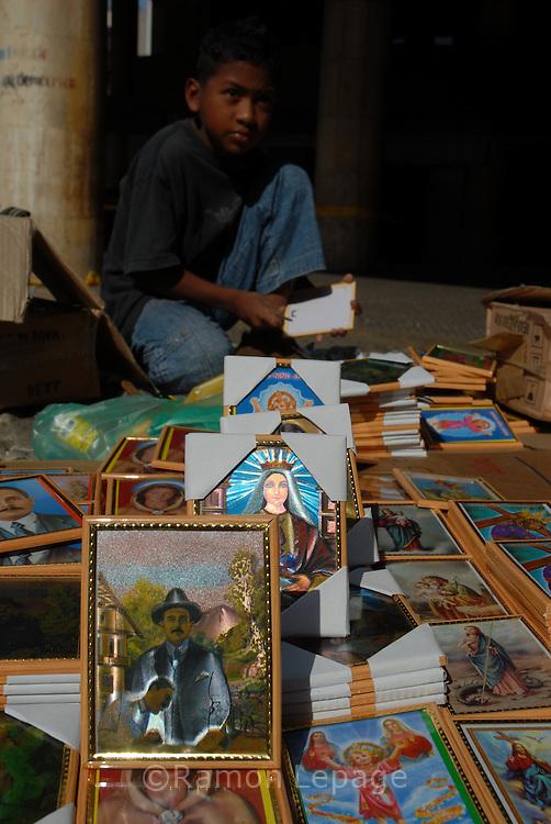 Venta de imágenes religiosas durante la Semana Santa. 05-04-07 (Ramón Lepage / Orinoquiaphoto)  Sale of religious images during the Easter Week.  05-04-07 (Ramon Lepage / Orinoquiaphoto)