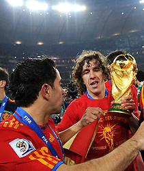 11.07.2010, Soccer-City-Stadion, Johannesburg, RSA, FIFA WM 2010, Finale, Niederlande (NED) vs Spanien (ESP) im Bild Xavi und Puyol mit dem Pokal des Weltmeisters, EXPA Pictures © 2010, PhotoCredit: EXPA/ InsideFoto/ Perottino *** ATTENTION *** FOR AUSTRIA AND SLOVENIA USE ONLY! / SPORTIDA PHOTO AGENCY