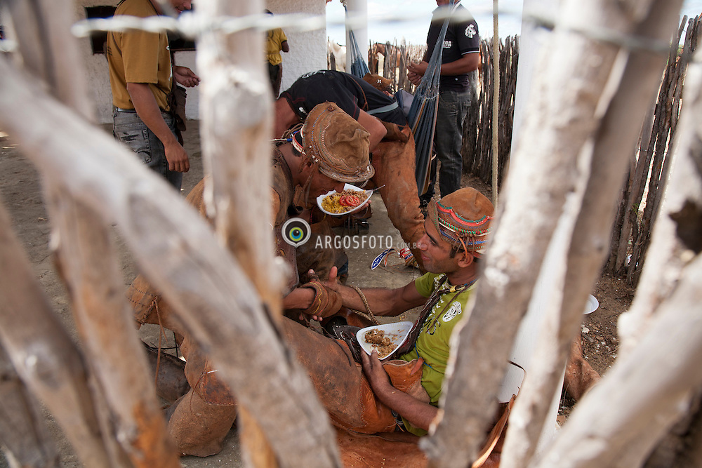 Preparacao para  Missa do Vaqueiro, na regiao do Agreste Pernambucano, cidae de Serrita.Foto Adri Felden/Argosfoto  do sertanejo para Missa do Vaqueiro e captura do animal na caatinga.Vaqueiro com gibao, na regiao do Agreste Pernambucano. O gibao de couro vestimenta  tipica do vaqueiro nordestino utilizada para proteger-se quando encontra-se em corrida nas matas tentando dominar um animal./Cowboy in Northeas. The leather jerkin is typical of the northeastern cowboy clothing used to protect yourself when race is in the woods trying to dominate an animal..Foto Adri Felden/Argosfoto