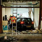 NLD/Huizen/20100617 - Auto in winkelpand de Hypotheekshop gereden Plein 2000 Huizen