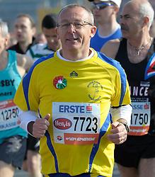 17.04.2011, AUT, Vienna City Marathon 2011, im Bild ein Läufer im Feld, der noch lachen kann, EXPA Pictures © 2011, PhotoCredit: EXPA/ G. Holoubek