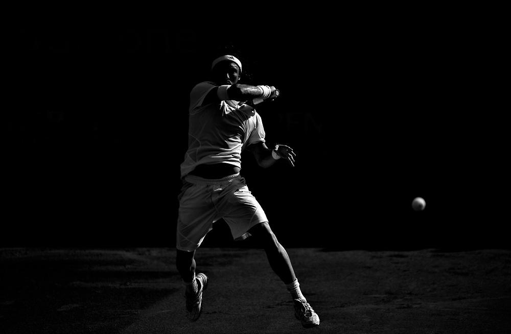 Juan Monaco (Argentina) returneaza o minge in meciul de tenis cu Pere Riba (Spania), din cadrul turneului international BCR Open Romania, editia 2009, in Bucuresti, miercuri, 23 septembrie 2009. BOGDAN MARAN / MEDIAFAX FOTO