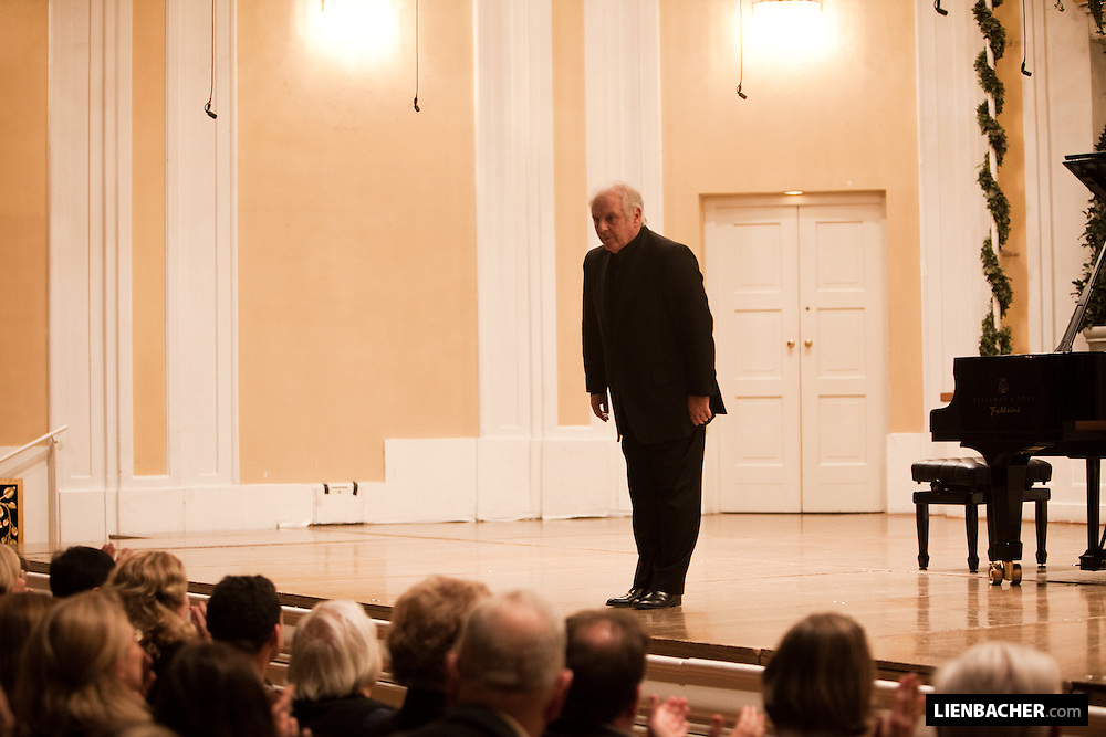 Mozartweek 2009: Daniel Barenboim bows in the Grand Hall of the Mozarteum in Salzburg. Photo: Wolfgang Lienbacher