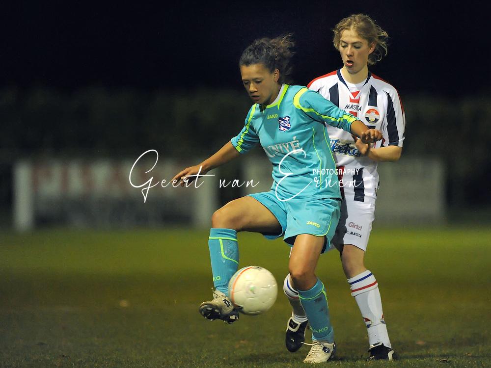 19-03-2009: voetbal:Vrouwen:Willem II:SC Heerenveen:Tilburg<br /> Mauri van de Wetering van Willem II in duel met Carmen Manduapessy<br /> Fotograaf: Geert van Erven
