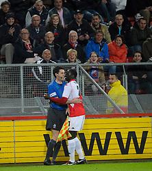 14-04-2010 VOETBAL: FC UTRECHT - FC GRONINGEN: UTRECHT<br /> Jacob Mulenga en de grensrechter<br /> ©2010-WWW.FOTOHOOGENDOORN.NL