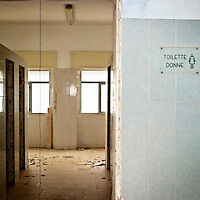 """L'ingresso della toilette delle donne all'interno dell'ex centro di permanenza temporanea """"Casa Regina Pacis"""" a San foca (LE) ormai in disuso. 21/02/2010 (PH Gabriele Spedicato)..I Centri di permanenza temporanea (CPT), ora denominati Centri di identificazione ed espulsione (CIE), sono strutture istituite in ottemperanza a quanto disposto all'articolo 12 della legge Turco-Napolitano (L. 40/1998) per ospitare gli stranieri """"sottoposti a provvedimenti di espulsione e o di respingimento con accompagnamento coattivo alla frontiera"""" nel caso in cui il provvedimento non sia immediatamenti eseguibile."""