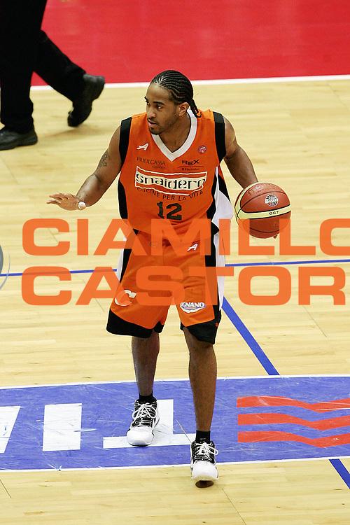 DESCRIZIONE : Livorno Lega A1 2005-06 Basket Livorno Snaidero Basketball Udine<br /> GIOCATORE : Hill<br /> SQUADRA : Snaidero Basketball Udine<br /> EVENTO : Campionato Lega A1 2005-2006<br /> GARA : Basket Livorno Snaidero Basketball Udine<br /> DATA : 09/04/2006<br /> CATEGORIA : Palleggio<br /> SPORT : Pallacanestro<br /> AUTORE : Agenzia Ciamillo-Castoria/Stefano D'Errico