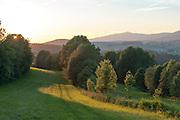 Landschaft mit Rachel im Hintergrund bei Sonnenuntergang, Bayerischer Wald, Bayern, Deutschland | landscape with Mt. Rachel in background at sunset, Bavarian Forest, Bavaria, Germany